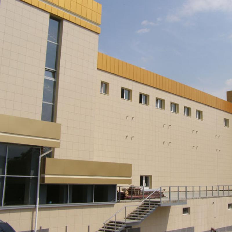 Отделка фасада бежевым керамогранитом